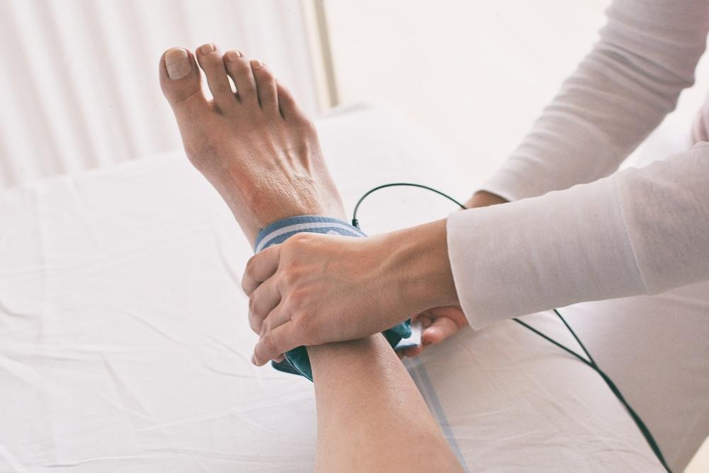 Fisioterapeuta trata de entorse no tornozelo de paciente