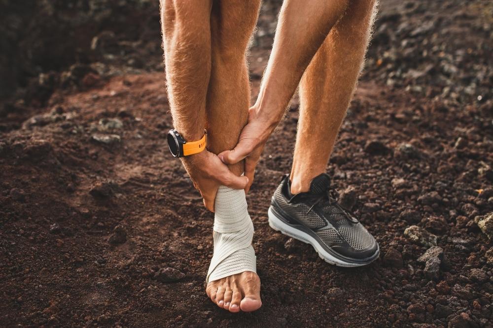 Homem que corre com dor e periostite tibial na canela do pé